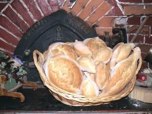 Cestino pane dinanzi al forno