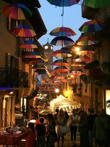 Giaveno Sotto un cielo di ombrelli