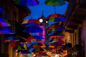 Sotto un cielo di ombrelli